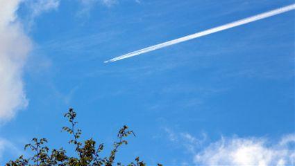 sky plane stripes trails